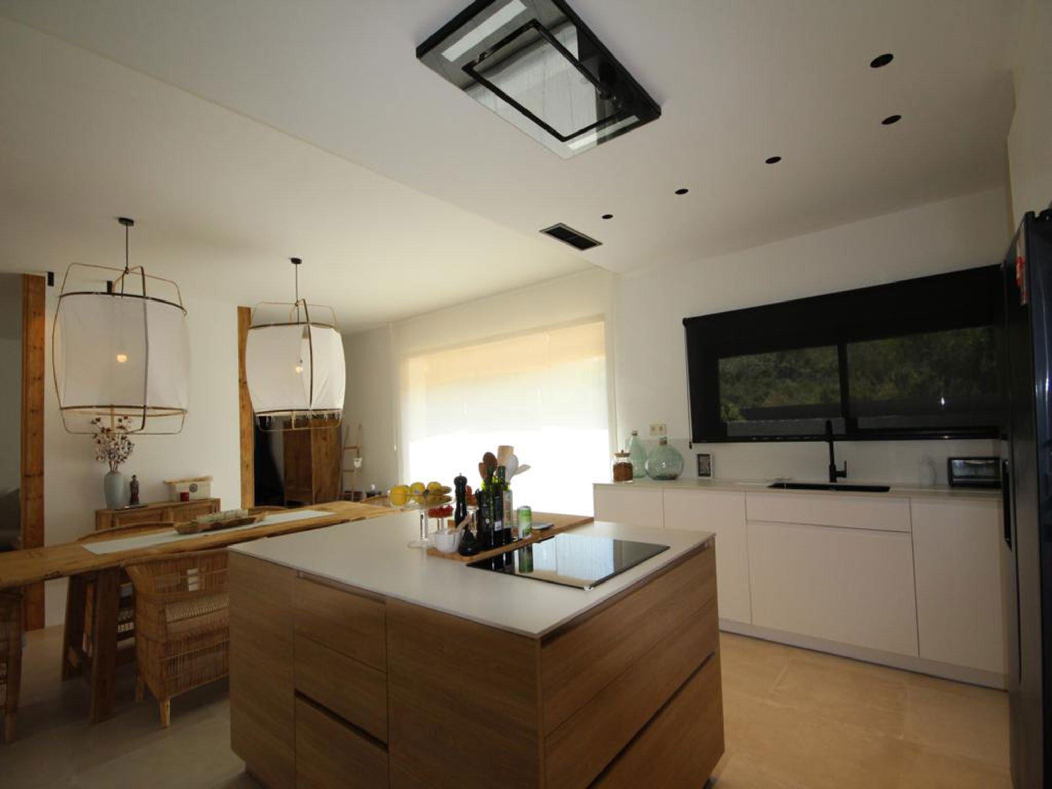 Isla de la cocina en un chalet de nueva construcción en venta en Jávea – Atina Inmobiliaria