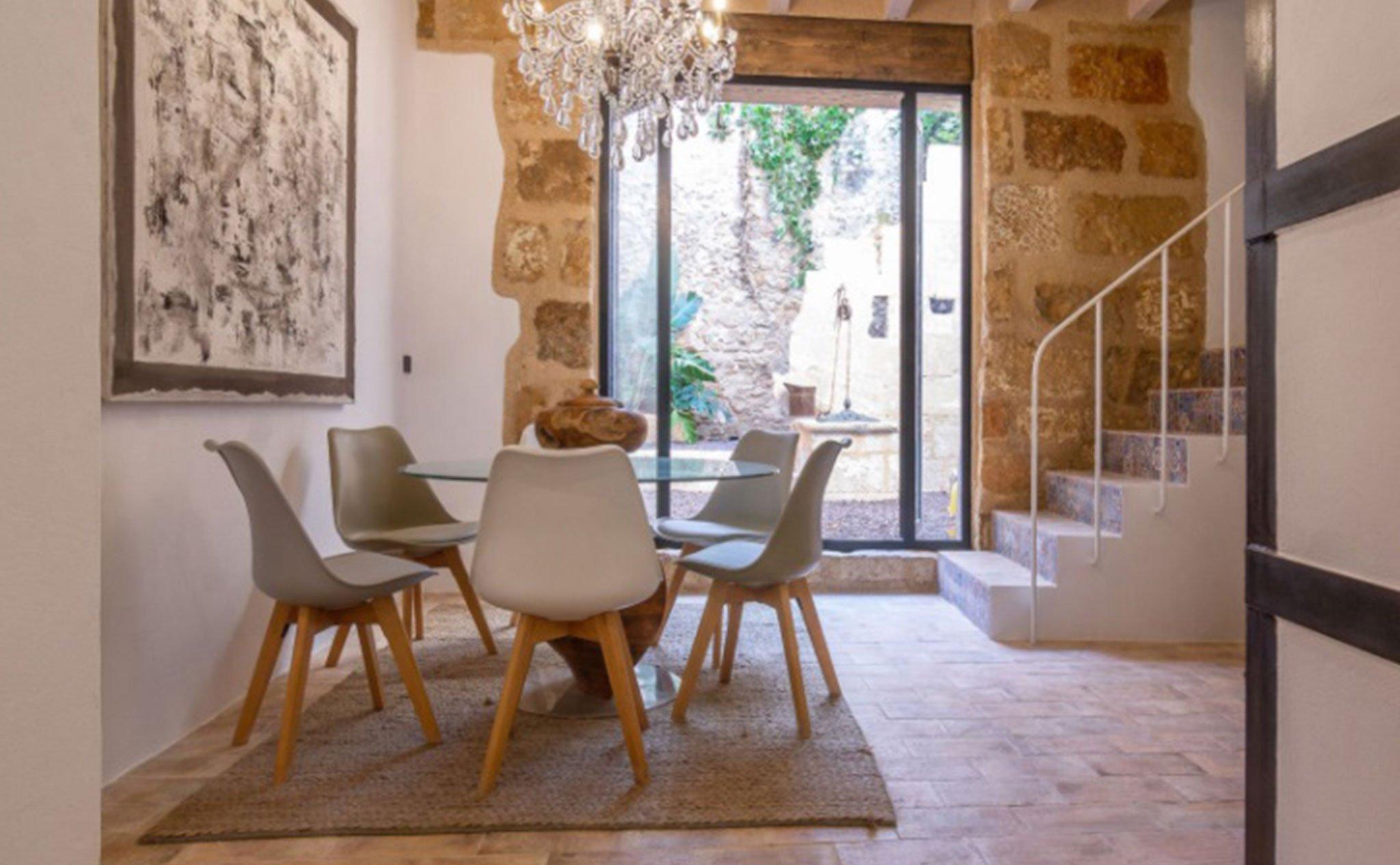 Comedor de una casa de pueblo en venta en el centro de Xàbia – MORAGUESPONS Mediterranean Houses