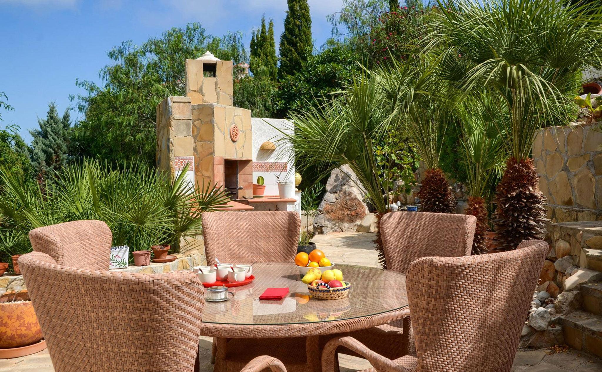Comedor exterior de una casa de vacaciones en Benitachell – Aguila Rent a Villa
