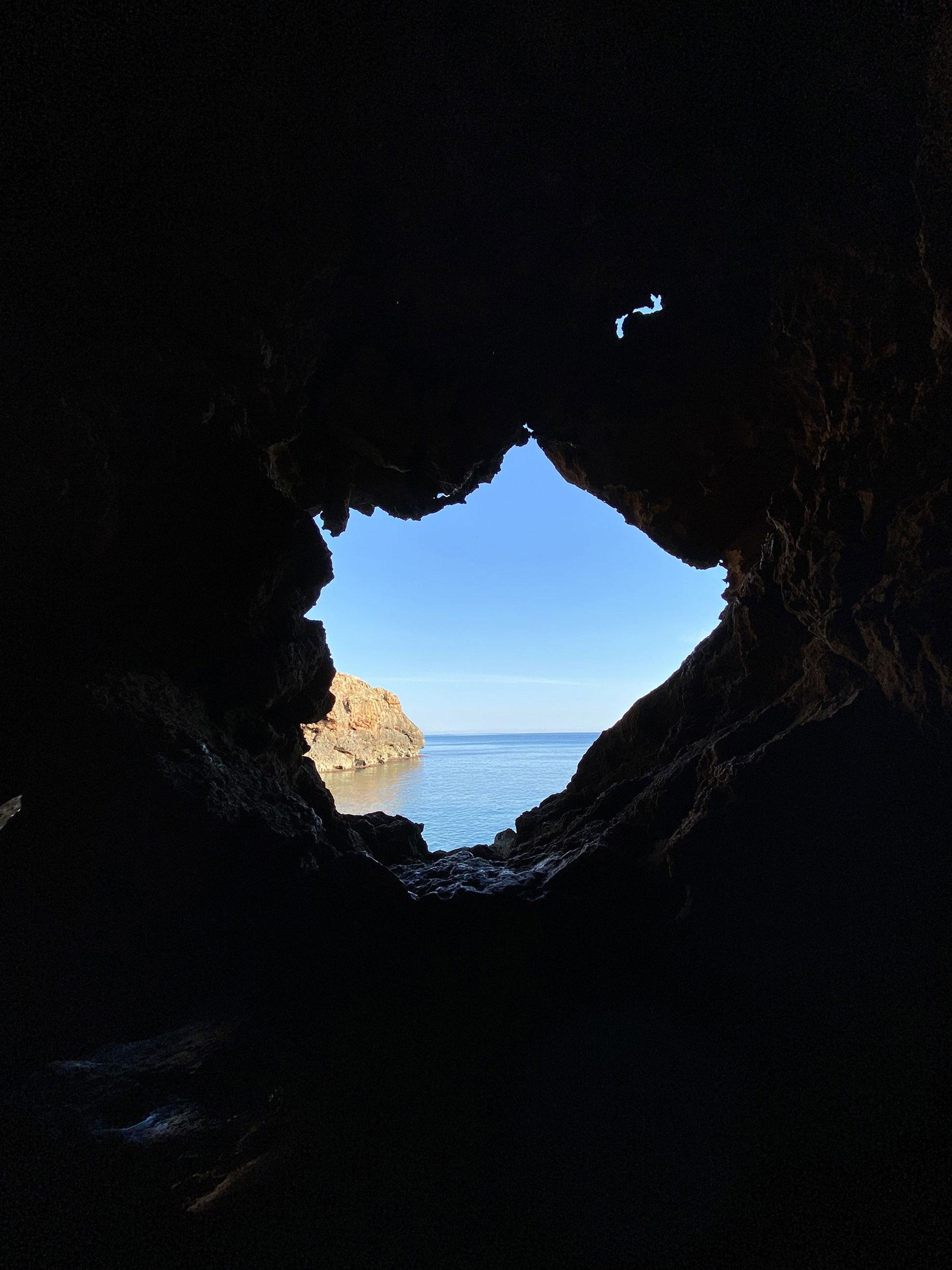 Contraluz en la Cova Tallada