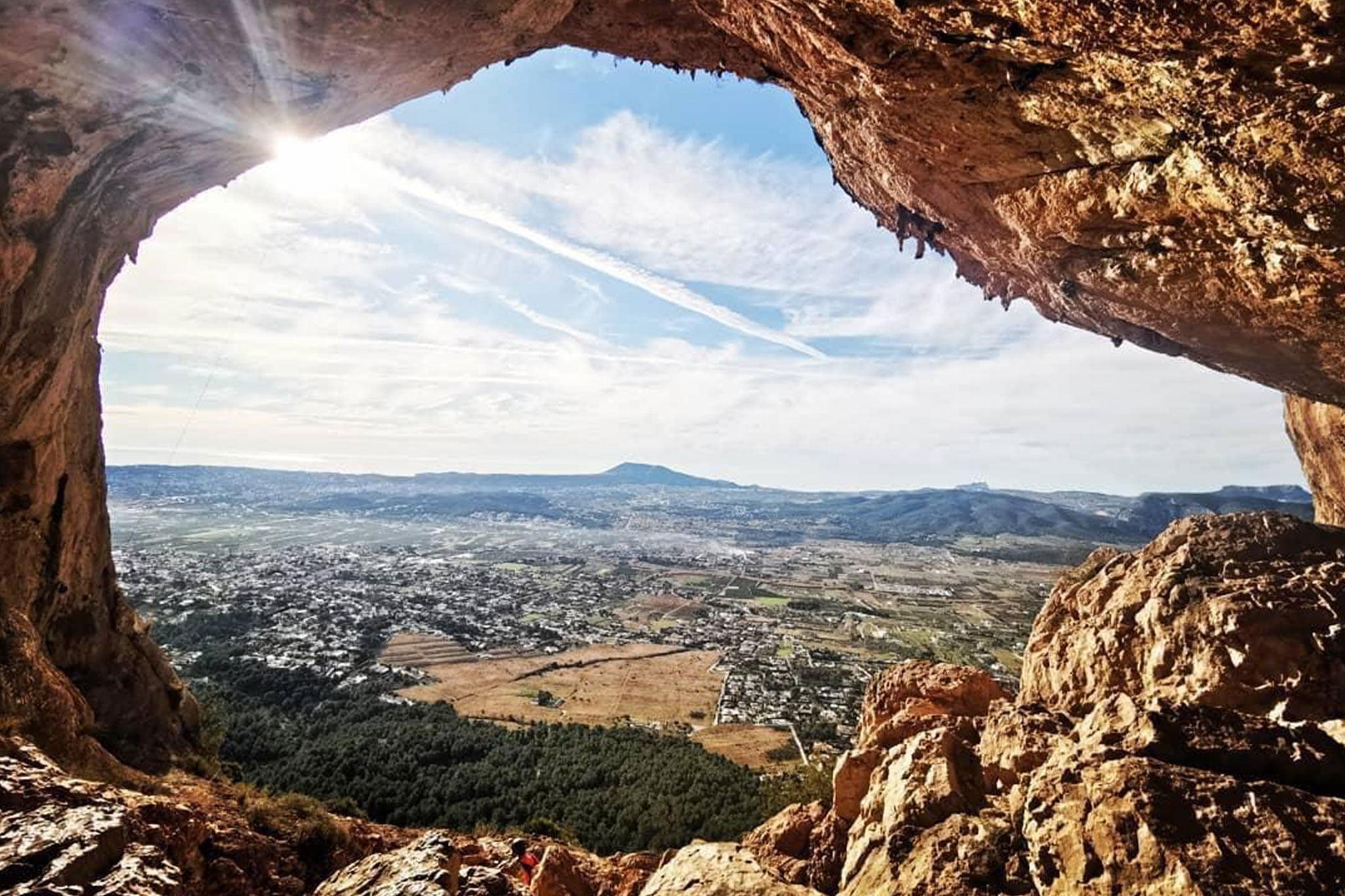 Vista desde dentro de la Cova del Montgó (Foto: Miguel Ángel Mayans)