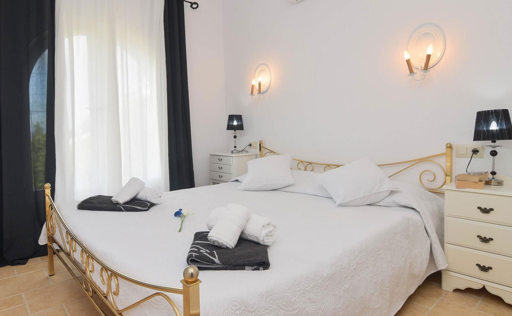 Uno de los dormitorios de una casa de vacaciones en Benitachell – Aguila Rent a Villa