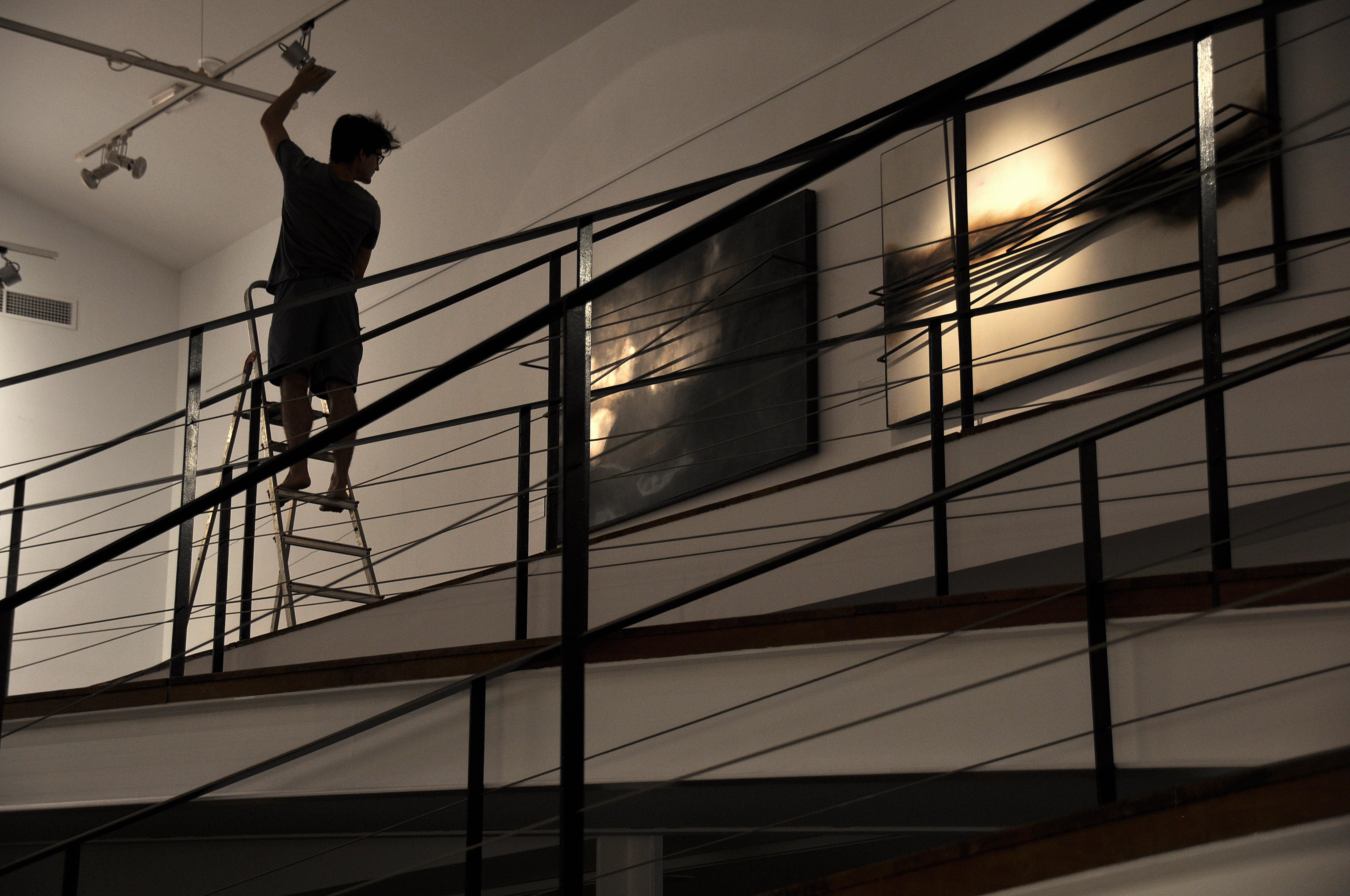 El joven artista durante el montaje de la exposición