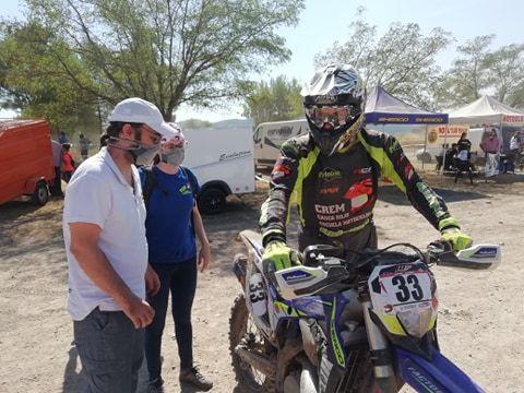 El piloto de Xàbia junto a la moto