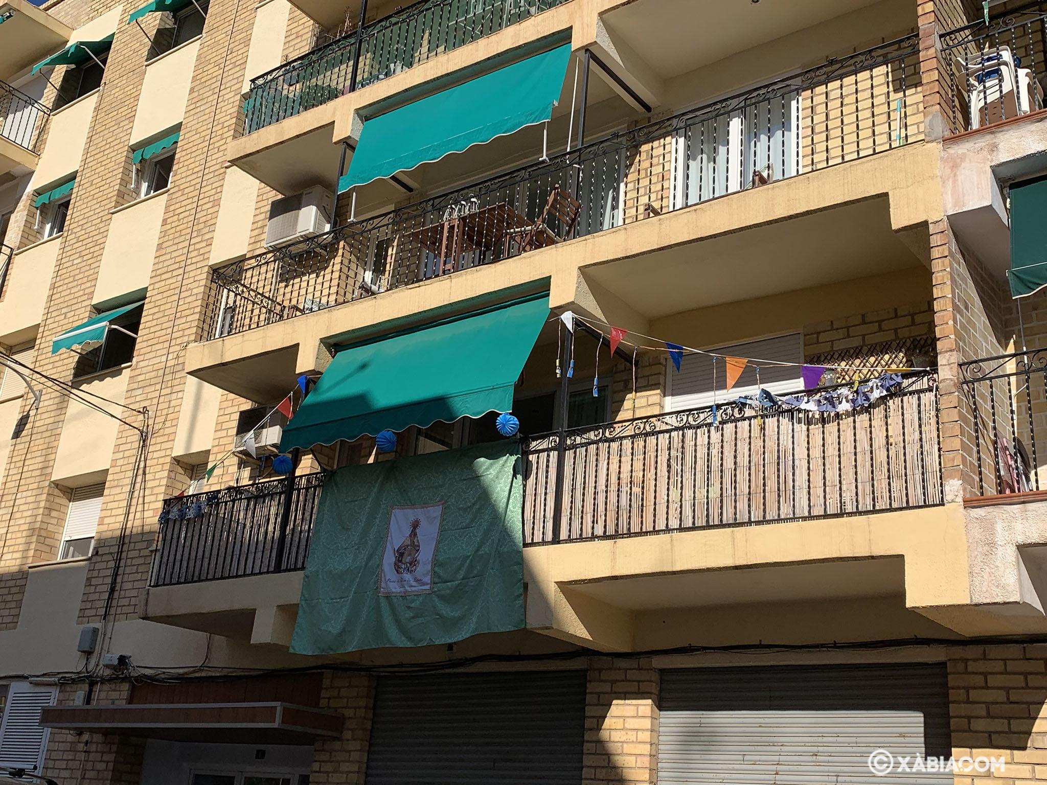 Engalanado de balcones en honor a las fiestas de Loreto