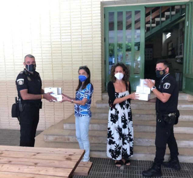 Imagen: Entrega de mascarillas al colegio Vicente Tena