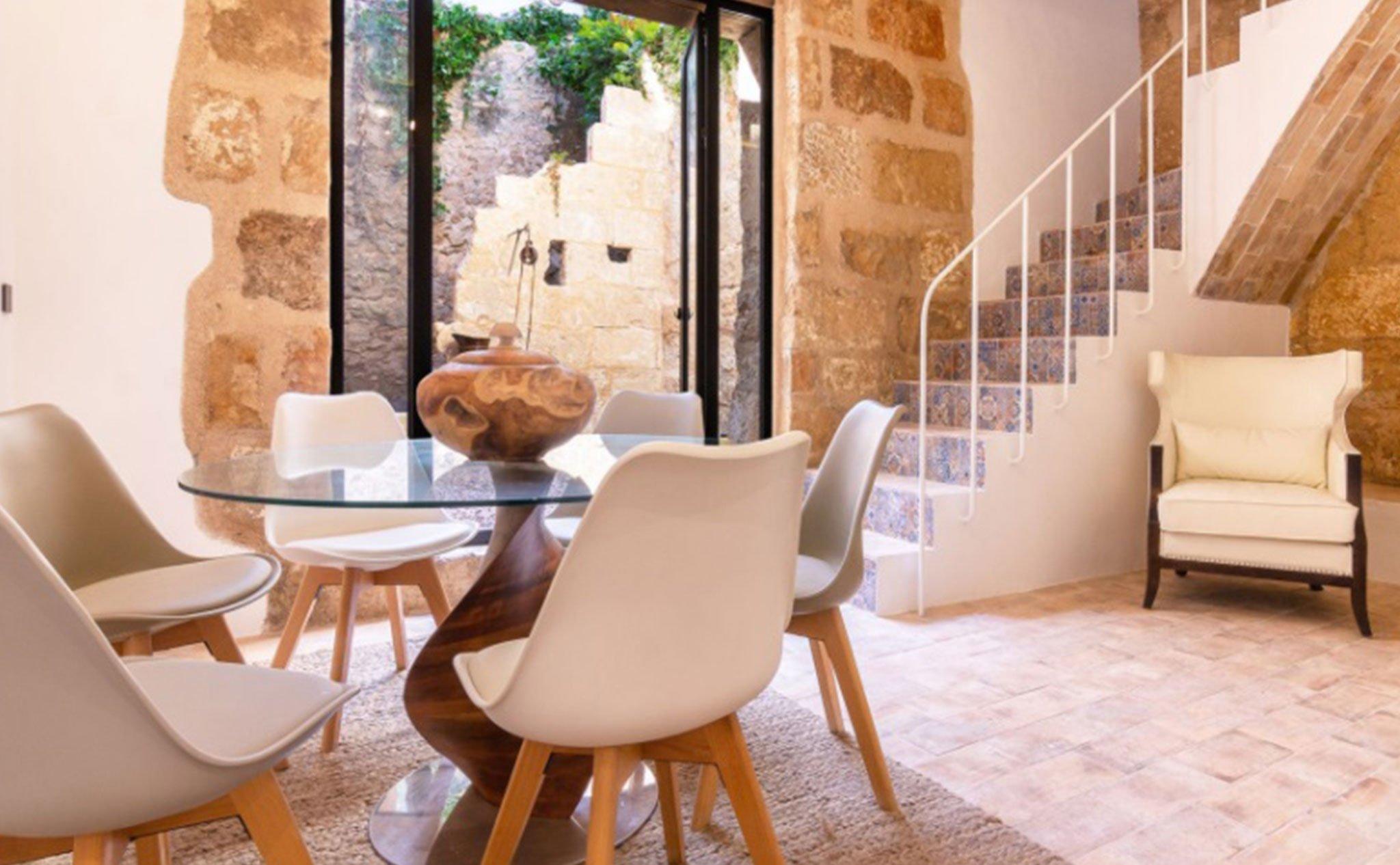 Escaleras en una casa de pueblo en venta en el centro de Xàbia – MORAGUESPONS Mediterranean Houses