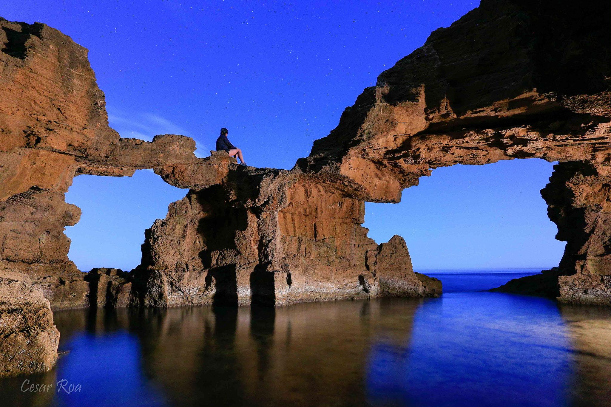 Formaciones en las rocas de la Cova Tallada – | César Roa