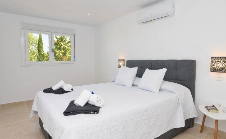 Una de las habitaciones de una casa de vacaciones en Benitachell - Aguila Rent a Villa