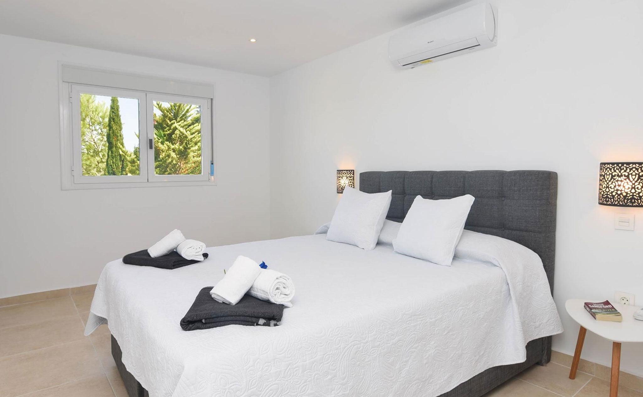 Una de las habitaciones de una casa de vacaciones en Benitachell – Aguila Rent a Villa