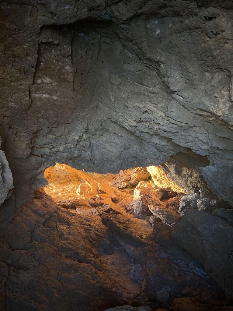 Luz entrando por un orificio de la Cova Tallada