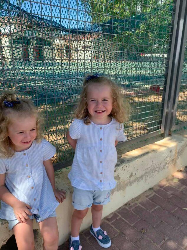 Imagen: Isabella y Valentina en la entrada del colegio