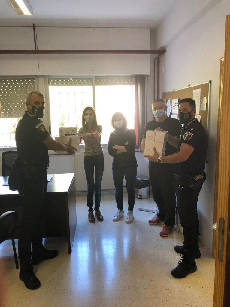 La Policía entrega mascarillas a los centros de Xàbia