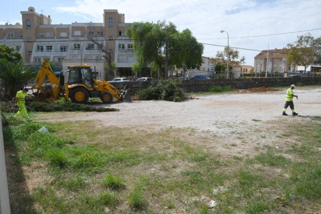 Imagen: Limpieza del parking de Duanes para su asfaltado