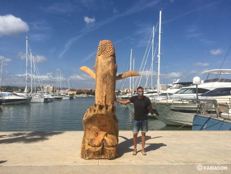 Miguel Ángel Miguel junto a la escultura