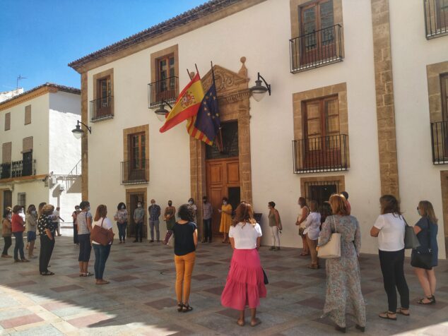 Imagen: Minuto silencio en el Ayuntamiento de Xàbia