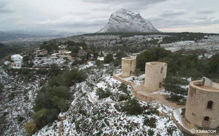 Imagen poco común: el Montgó y los molinos nevados