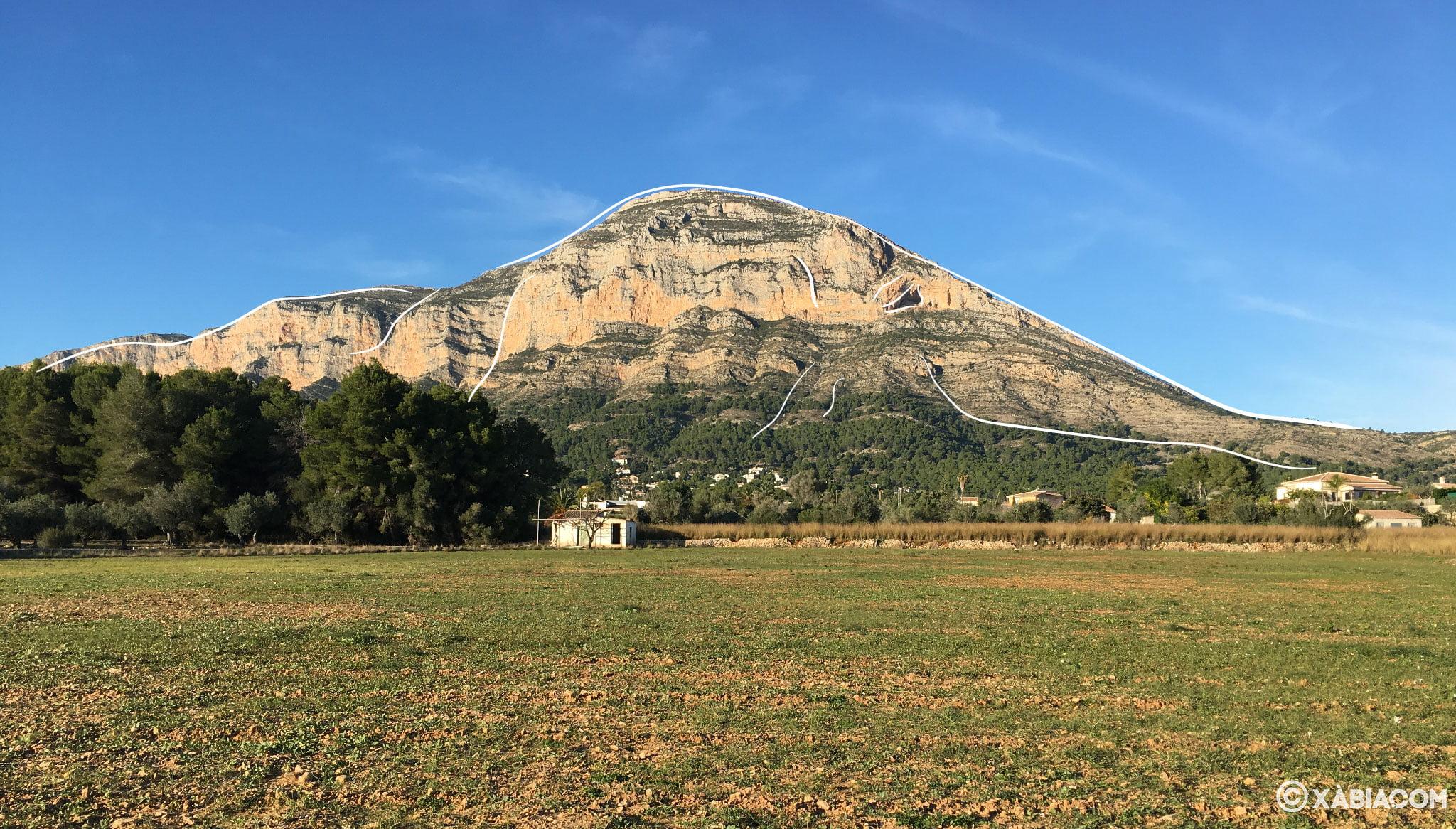En esta vista del Montgó desde Xàbia, las líneas blancas marcan la silueta del elefante tumbado