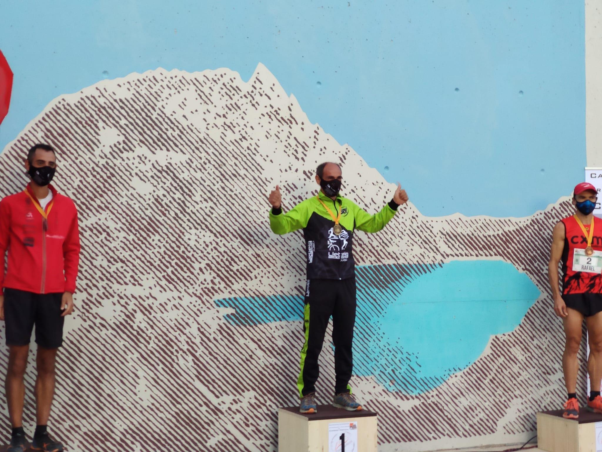 Nasio Cardona en lo alto del podio