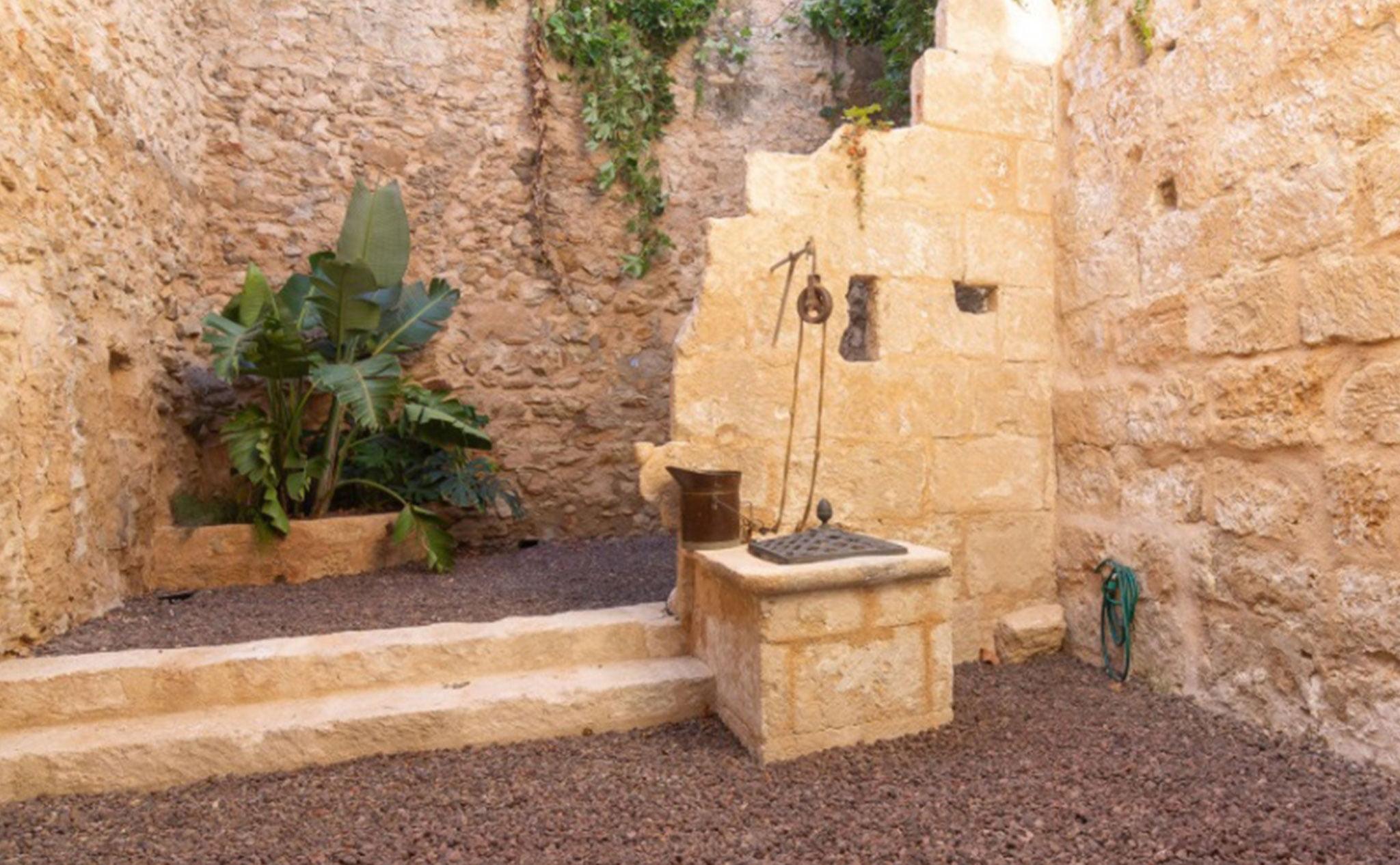 Patio de una casa de pueblo en venta en el centro de Xàbia – MORAGUESPONS Mediterranean Houses