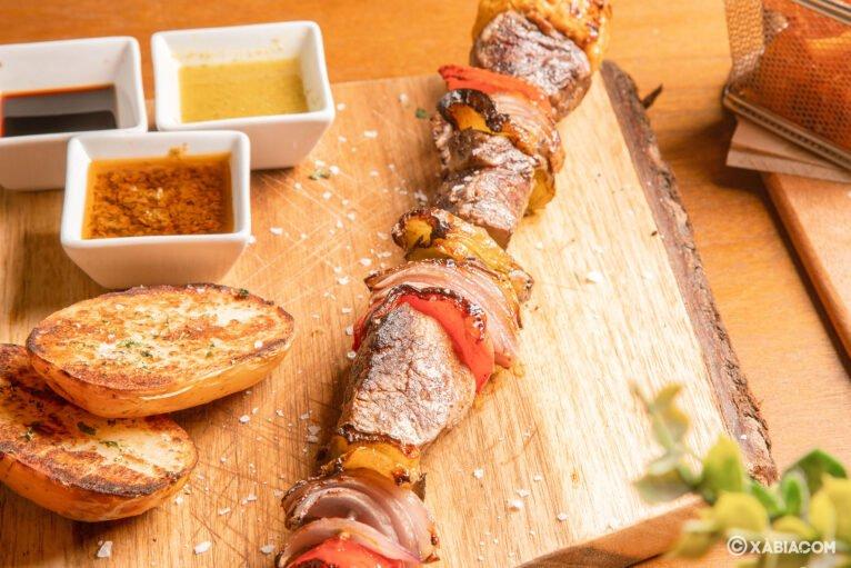 Pinchos de pollo con salsa saté y patatas fritas - Restaurante Ammos
