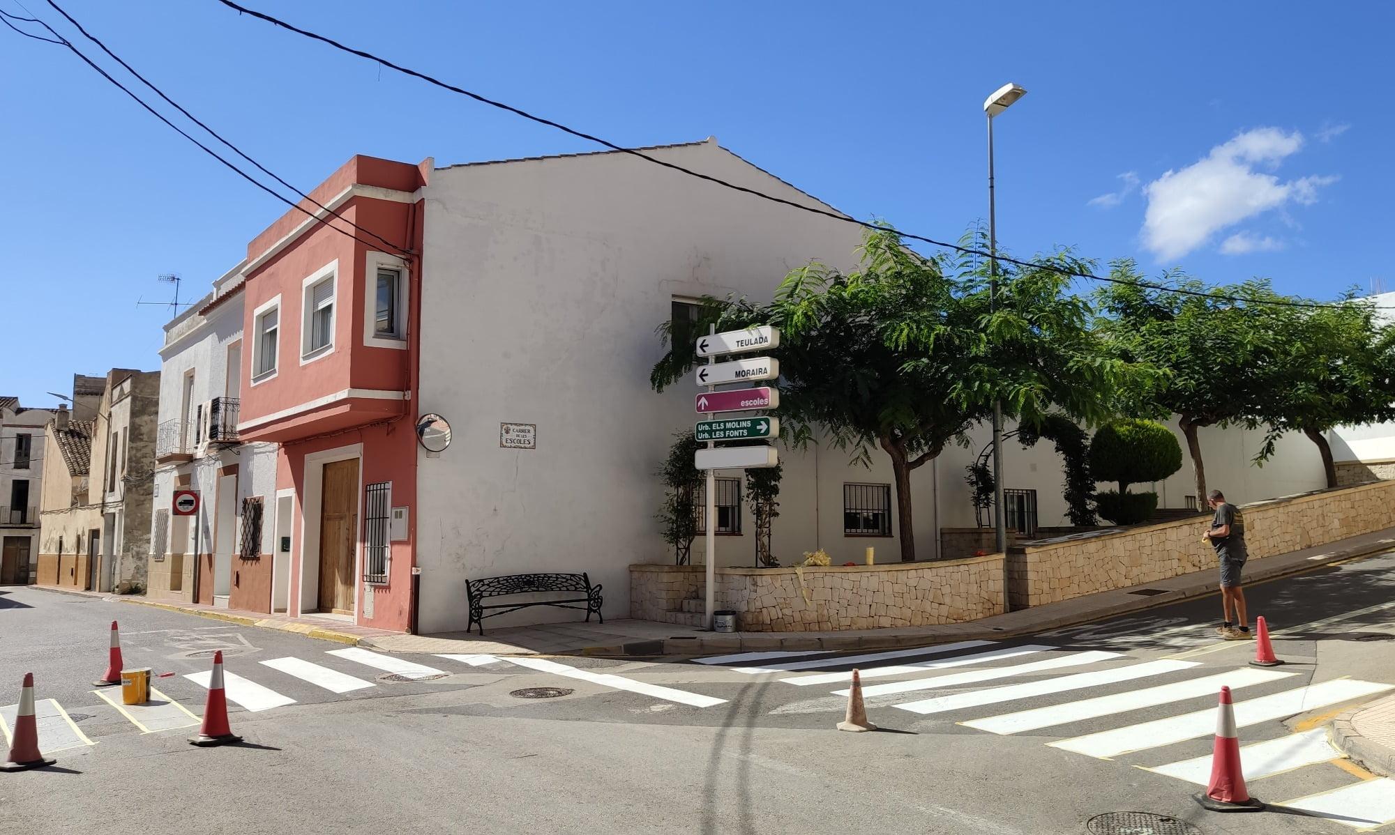 Pintura viaria en las inmediaciones del centro escolar de Benitatxell