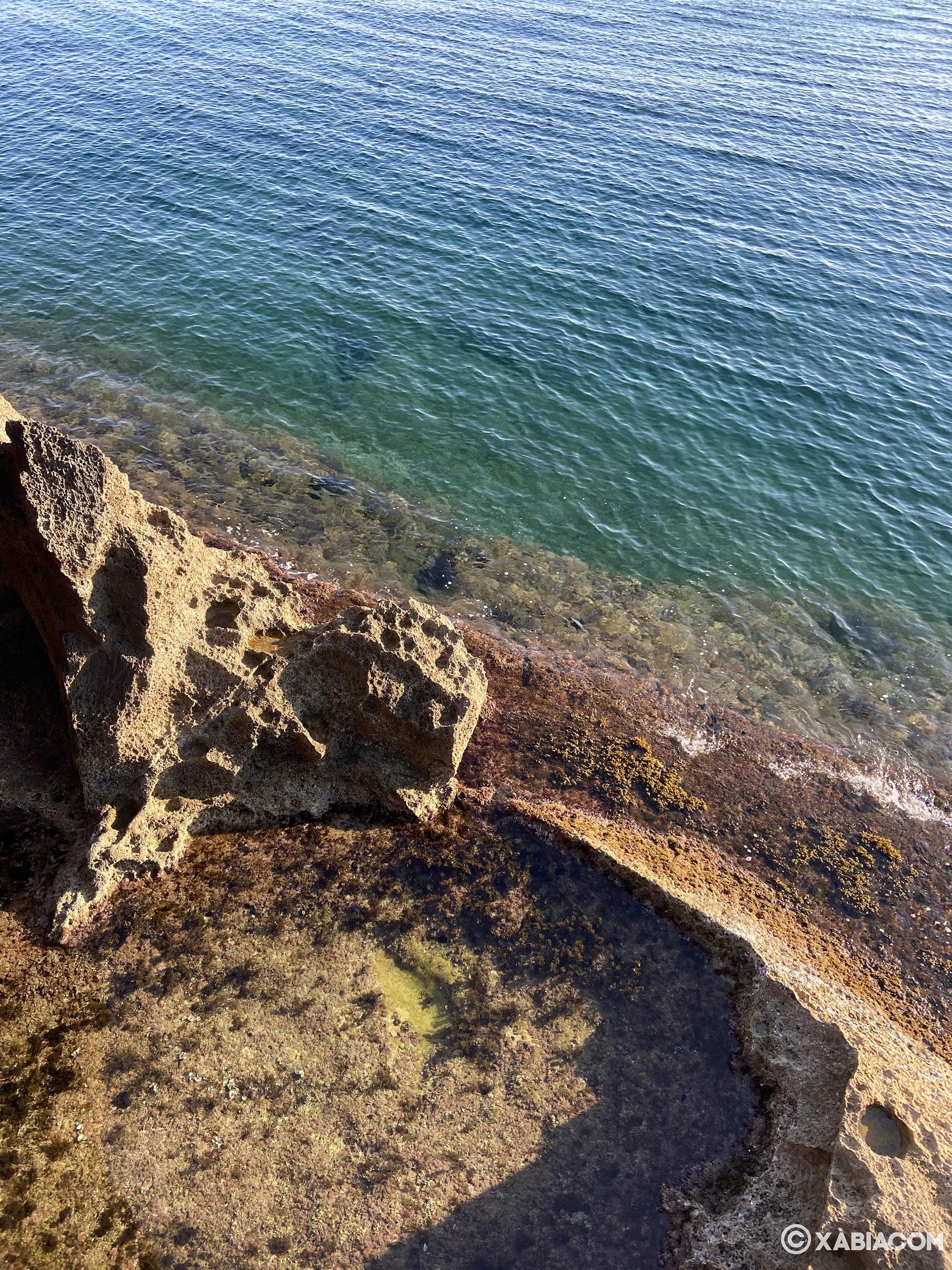 Piscina natural formada al lado de la Cova Tallada