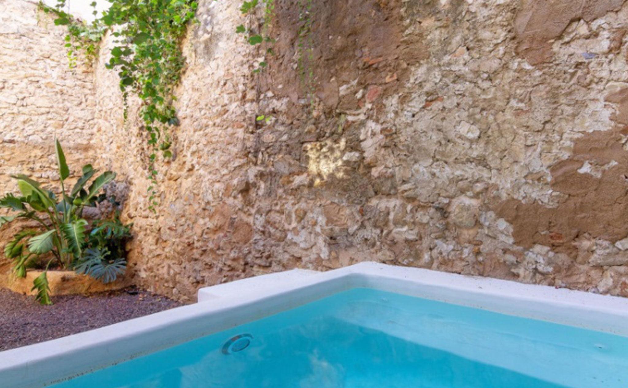 Piscina en el patio de una casa de pueblo en venta en el centro de Xàbia – MORAGUESPONS Mediterranean Houses