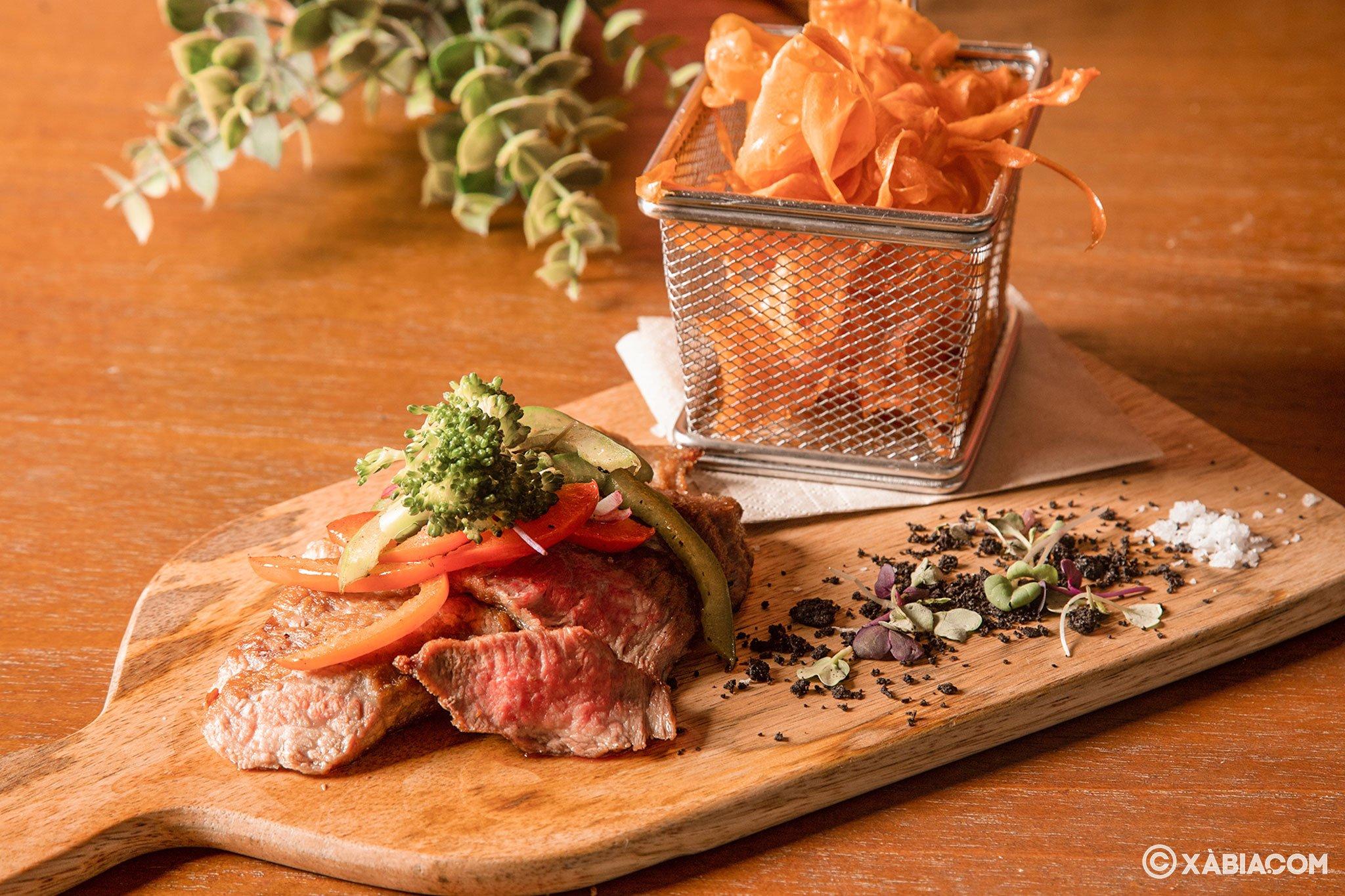 Secreto ibérico con salsa de ratafía y chips de boniato – Restaurante Ammos