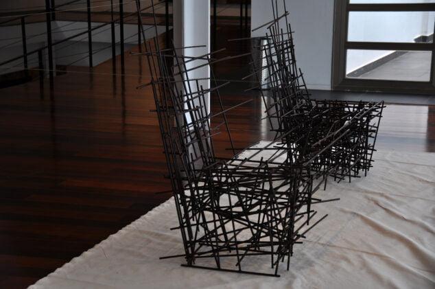 Imagen: Sillas de metal que simbolizan la unión y separación del cable