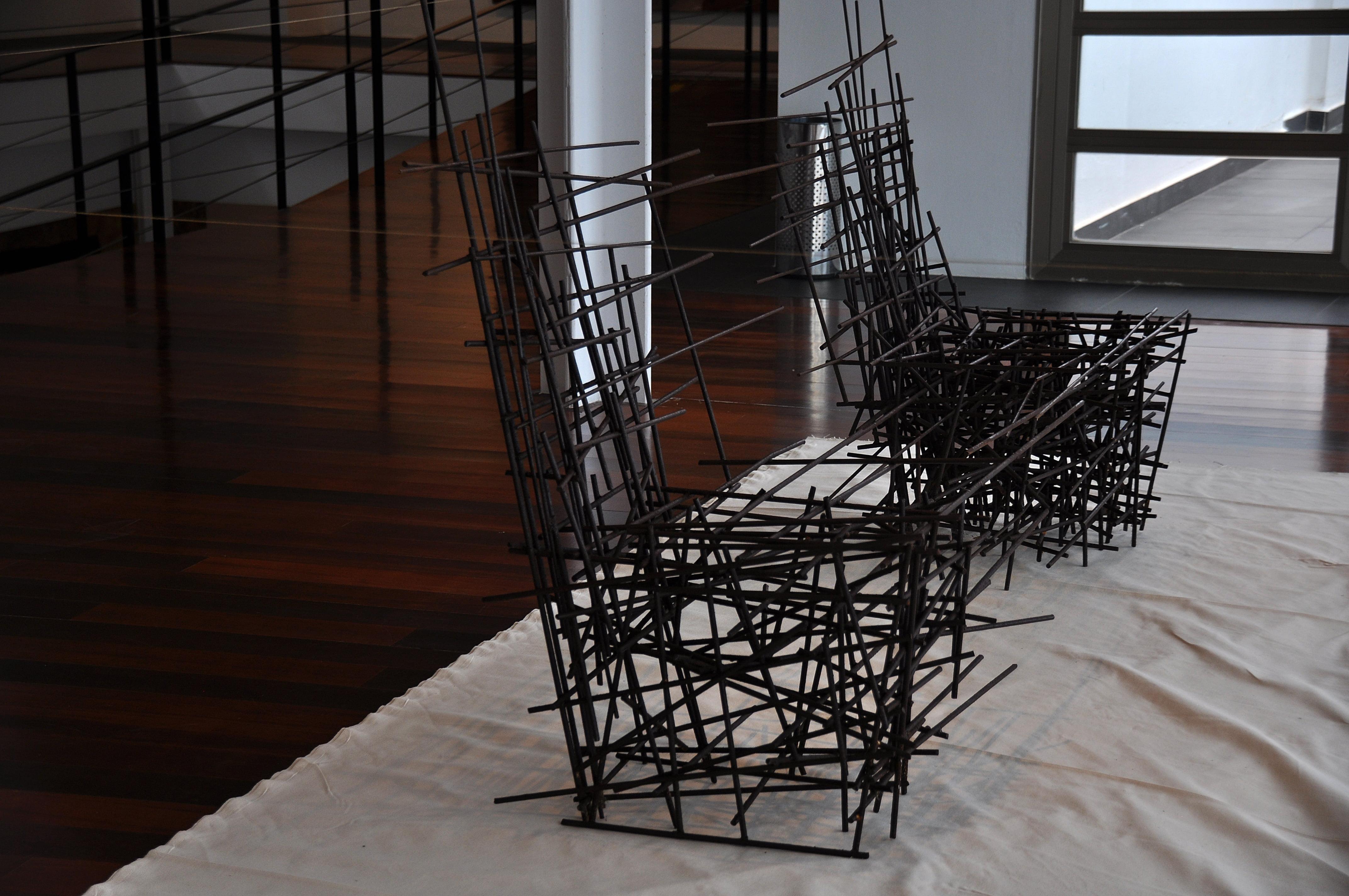 Sillas de metal que simbolizan la unión y separación del cable