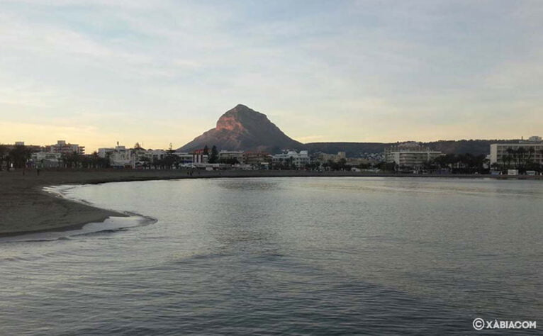 Silueta del Montgó desde la playa del Arenal de Xàbia