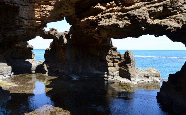 Imagen: Vista de las formaciones de la Cova Tallada | Wikimedia Commons