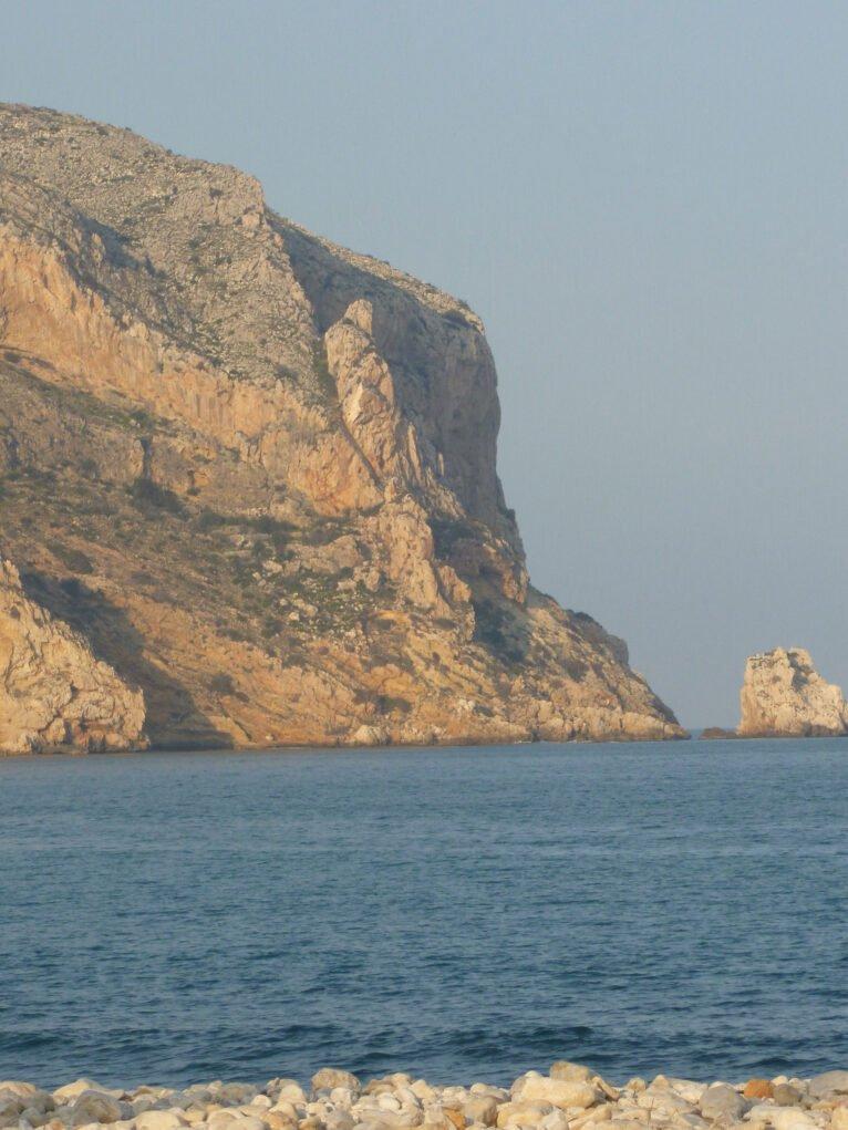 "Vista del Cap de Sant Antoni. Las partes más oscuras son les ""coves santes"" (Foto de Juan Bta. Codina Bas)"