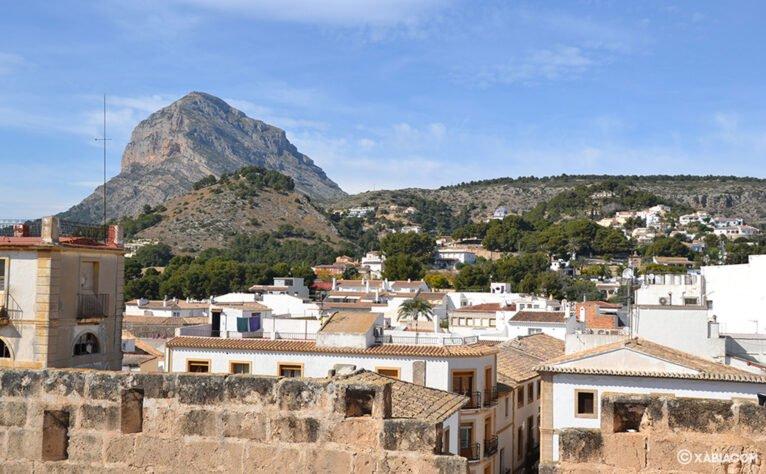 Vista del Montgó entre los tejados de Xàbia