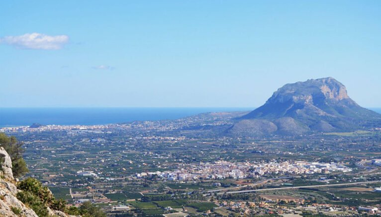 Vista general del macizo del Montgó desde la sierra cercana de Segaria