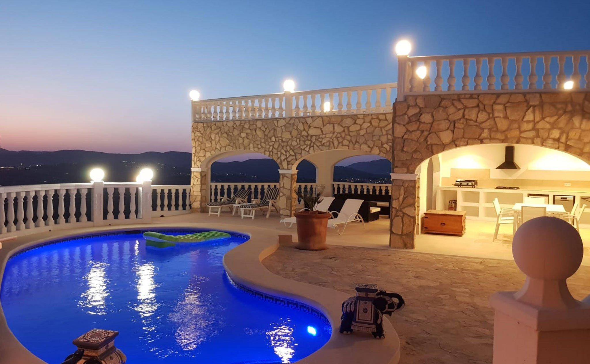 Vista nocturna del exterior de una casa de vacaciones en Benitatxell – Aguila Rent a Villa