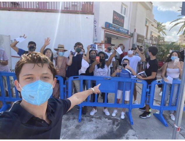 Imagen: Tom Holland se fotografía con sus fans en Xàbia