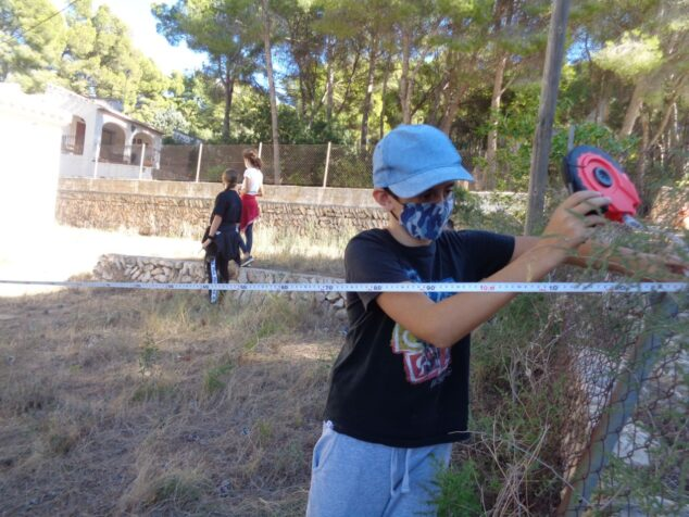 Imagen: Alumnos del CEIP Mediterrània realizando trabajo de campo