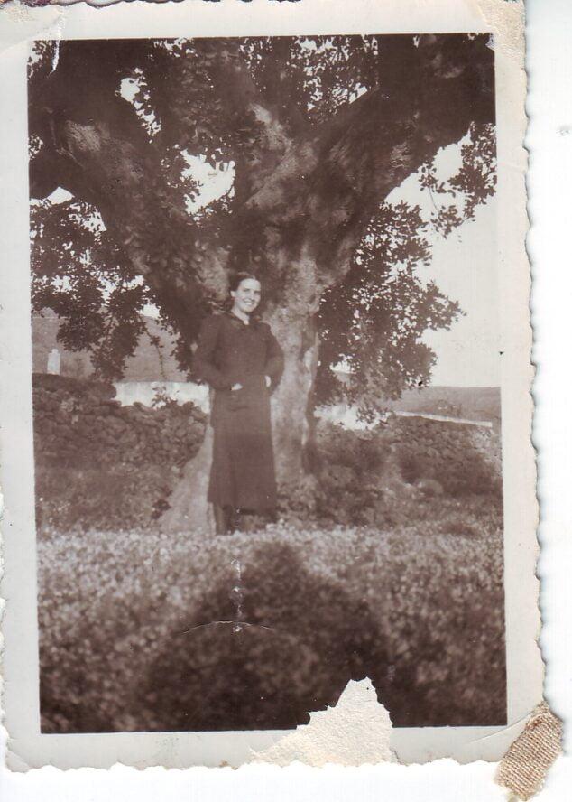 Imagen: Bajo el algarrobo del Roig. Año 1940