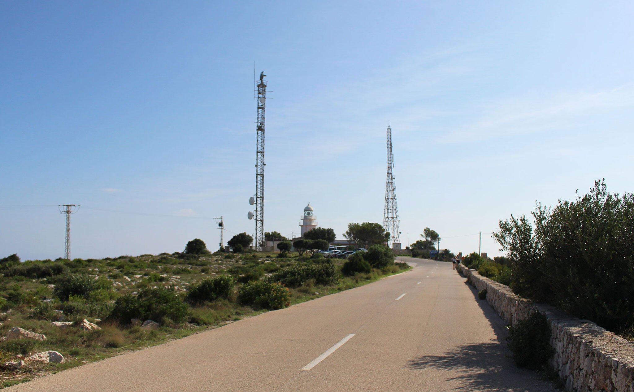 Carretera de llegada al Cap de Sant Antoni de Xàbia, con el faro al fondo