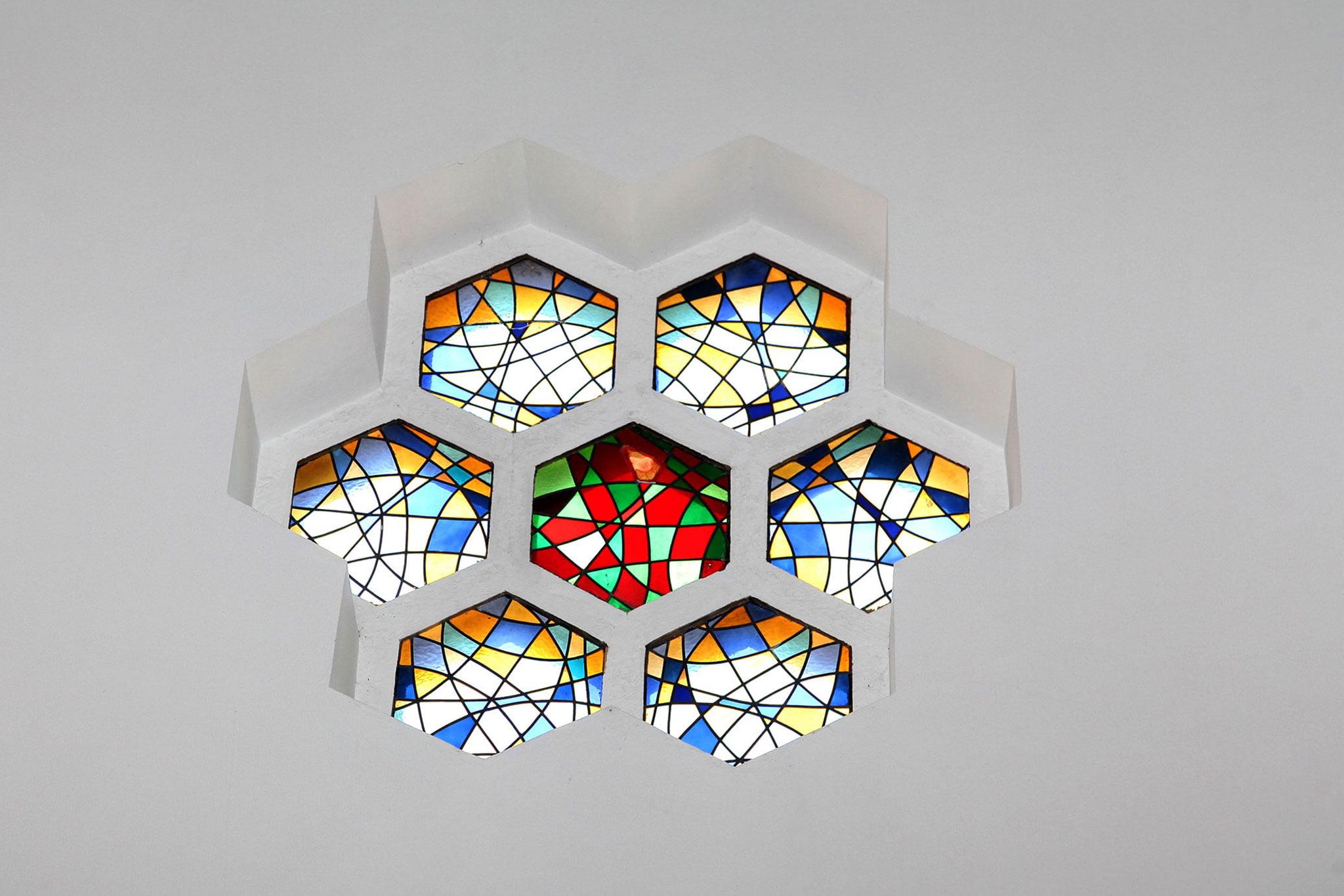 Detalle de una vidriera de la capilla de la Mare de Déu dels Àngels de Xàbia
