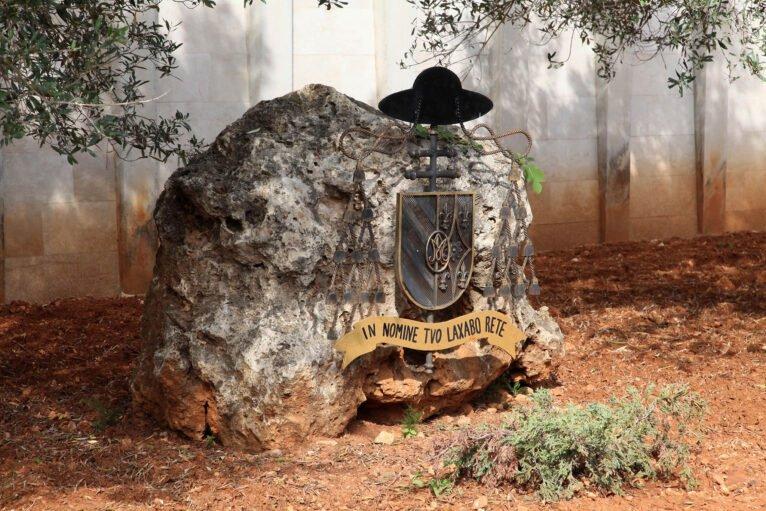 Detalle en una piedra a la entrada del Monasterio de la Plana de Jávea