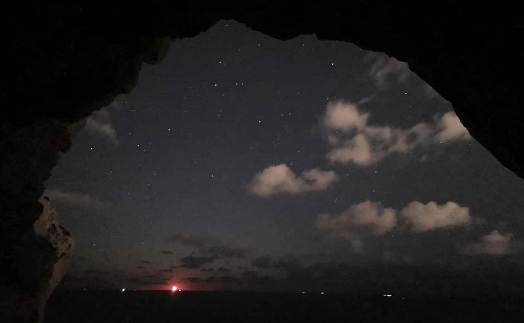 El primer rayo de luna desde una de les Coves Santes (Imagen: Miguel Ángel Mayans)