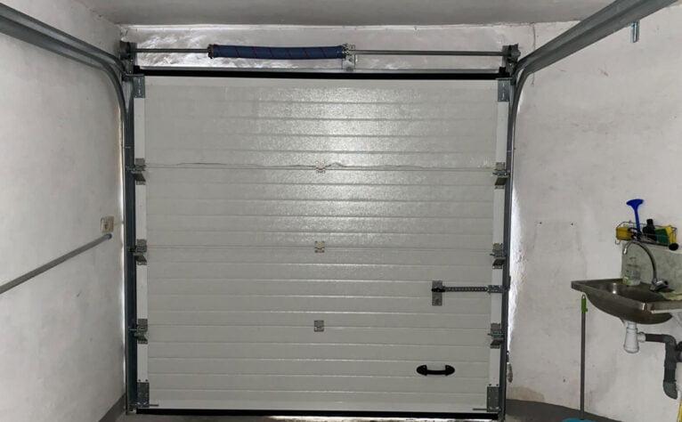 Interior de una puerta seccional en un garaje - Alucardona PVC y Aluminios S.L.