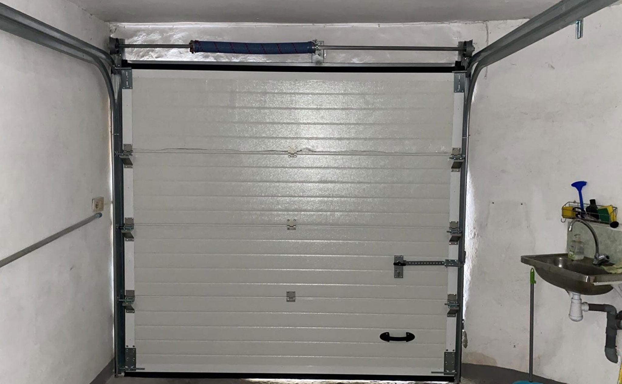 Interior de una puerta seccional en un garaje – Alucardona PVC y Aluminios S.L.