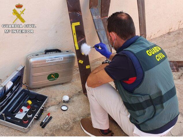 Imagen: La Guardia Civil comprueba las huellas de las tuberías robadas
