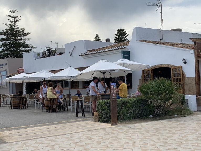 La terraza de un bar en la playa del Arenal de Xàbia