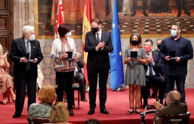 Imagen: La xabiera Tania Ferrer recoge el premio 9 octubre en la Generalitat