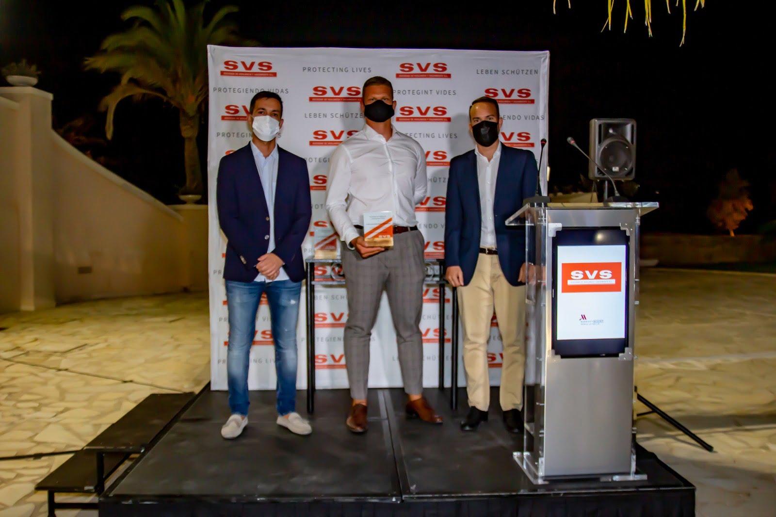 Miquel Garcia entrega a Kris Lars junto a Eusebi un reconocimiento